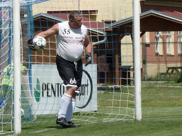 V olomouckém krajském přeboru nastoupil šestašedesátiletý gólman Lutína Vlastimil Mačák