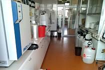 Výroba dezinfekce v laboratořích Přírodovědecké fakulty Univerzity Palackého v Olomouci