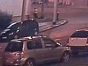 Policie prosí o svědectví ženu, která je na fotografii zachycena, jak prochází po Ostravské ulici směrem do Hodolan