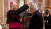 Udělení popelce, znamení pokání, Miloši Zemanovi z rukou arcibiskupa Jana Graubnera. Prezidentská návštěvě poutní baziliky na Svatém Kopečku u Olomouce
