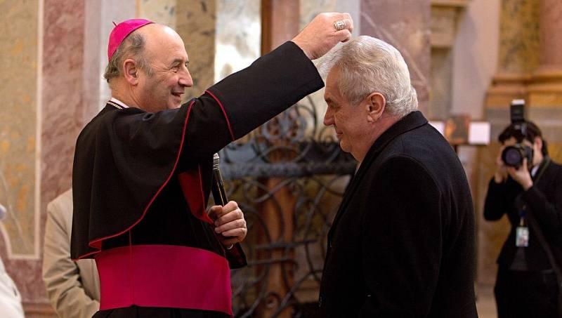 Udělení popelce, znamení pokání, Miloši Zemanovi z rukou arcibiskupa Jana Graubnera. Prezidentská návštěva poutní baziliky na Svatém Kopečku u Olomouce v roce 2014