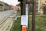 """V obchodě, na úřadu či prostřednictvím """"rouškovníku"""". Lidé po celé zemi  hledají co nejšikovnější způsob, jak si předávat tolik potřebné roušky. V Tršicích na Olomoucku vytvořili jednoduchou distribuční síť. A přemýšlejí dál."""