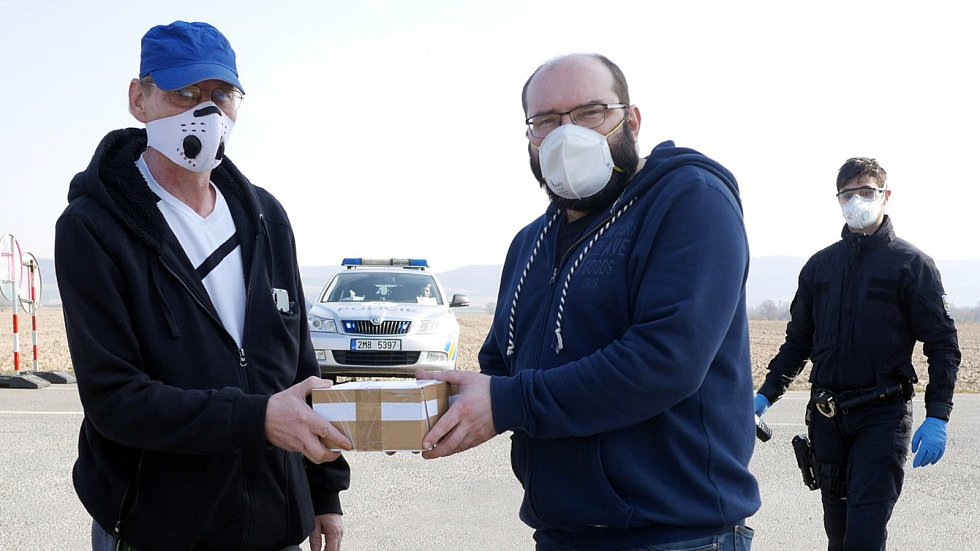 Vladimír Stránský (vlevo) v úterý předává respirátory, které se rozhodl darovat Uničovu.