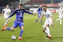 Fotbalisté Sigmy Olomouc (v modrém) porazili Slovácko 2:0. Tomáš Malec (vlevo) a Tomáš Břečka