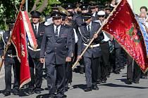 Dobrovolní hasiči z Bouzova slaví 130 let od založení - Průvod na mši do kostela