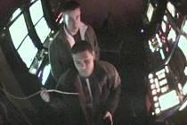 Možné pachatele podvodu s výherním automatem v baru v Litovli zachytily kamery