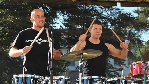 Už tradiční akce Hanácký pupek přitáhla v sobotu do centra Velké Bystřice na Olomoucku stovky lidí. Bubenická show Jumping Drums.