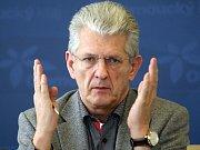 Olomoucký hejtman Oto Košta na tiskové konferenci k výzvě k jeho rezignaci