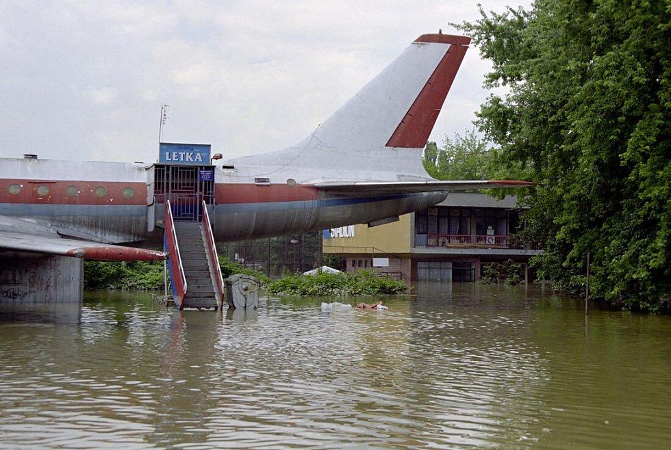 Letadlo u bazénu
