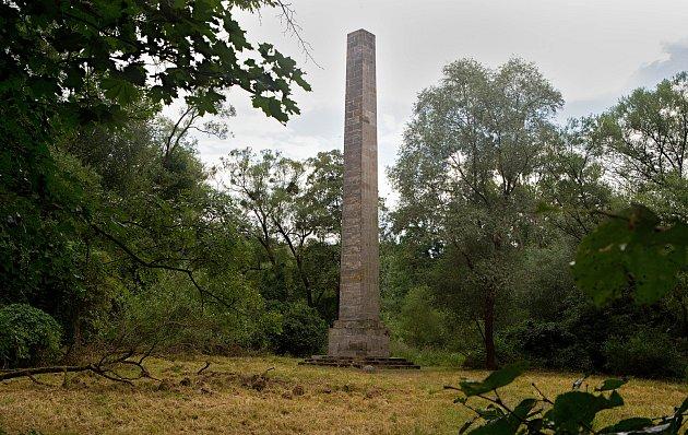 Volně stojící kamenný obelisk, vysoký asi 18m. Stavba zroku 1808podle projektu vídeňsko - lednického architekta Josefa Hardtmutha je součástí komponovaného krajinného areálu zámku Nové Zámky uLitovle.