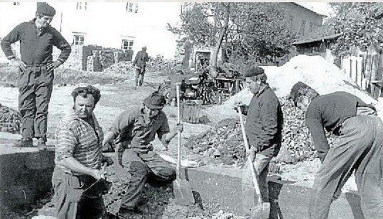 Brigáda. Stavba nové mateřské školy v Dlouhé Loučce.