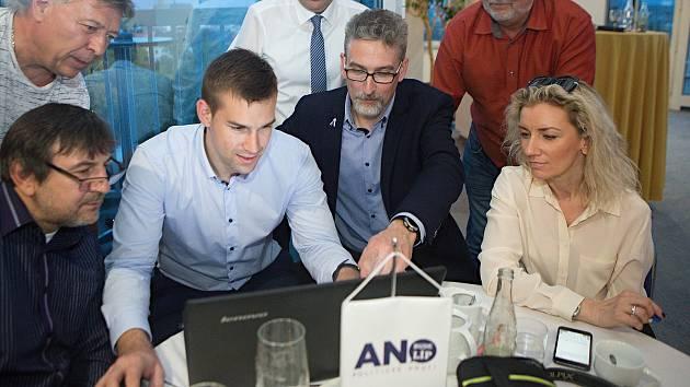 Volební štáb ANO v Olomouci - lídr Miroslav Žbánek (uprostřed v saku)