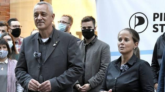 Piráti a Starostové - vlevo lídr Josef Suchánek a Zdeňka Dvořáková Kocourková