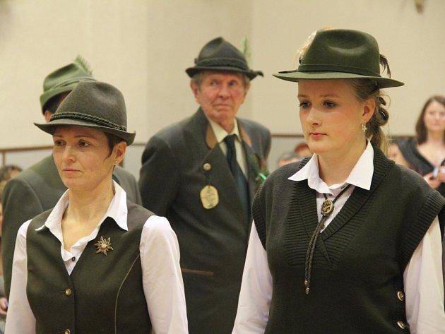 Hana Špásová (vlevo) na plese v Grygově, kde myslivecké společenství přijalo do svých řad dvě nové členky.