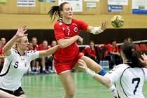České juniorky (v bílém) prohrály v kvalifikačním zápase o postup na MS s Norskem 21:34.