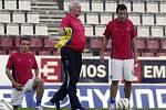 září 2005. Karel Brückner (uprostřed) společně s Vladimírem Šmicrem (vlevo) a Romanem Galáskem na tréninku v Olomouci před kvalifikací s Arménií