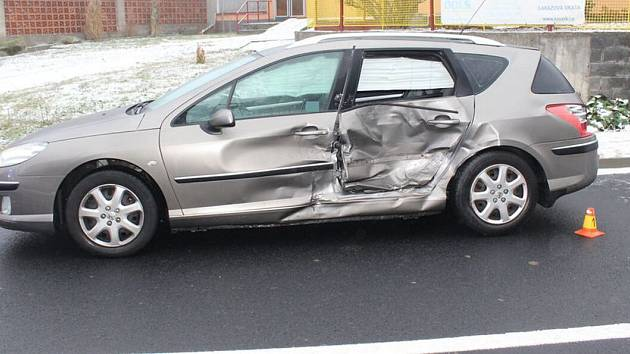 Havárie na kluzké silnici v Medlově