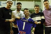 Nikolas Tilkeridis druhý zleva. Hendikepovaný kamarád olomouckých futsalistů Jakub Řičica (uprostřed)zahájil zápas
