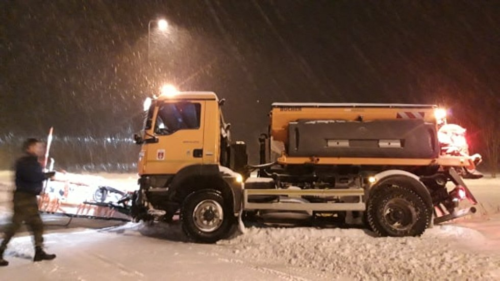 Odklízení sněhu spadeného v pondělí 8. února ráno v Javorníku.
