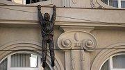 Lupič od Davida Černého na římse olomouckého Muzea umění