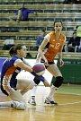 Olomoucké volejbalistky (v oranžovém) podlehly Prostějovu 0:3Adriana Přibylová (vlevo)
