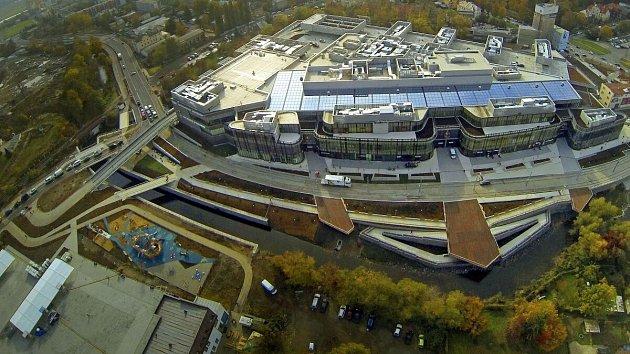 Obchodní centrum Šantovka v Olomouci - na ploše za potokem (na snímku vlevo dole) má vyrůst nákupní Galerie 2