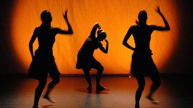 Duny připravil choreograf Lamine Gueye s několika českými tanečnicemi.