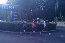 Trojice běžců se otáčí už u Fontány a zkracuje si tím trať