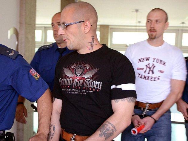 Stanislav Krůžela (v černém tričku) a Lukáš Kluka (v bílém tričku) obžalovaní z loňského loupežného přepadení čerpací stanice v Dřevohosticích na Přerovsku stanuli 15. července před olomouckým krajským soudem