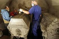 Stěhování rakví církevních hodnostářů z krypty olomoucké katedrály
