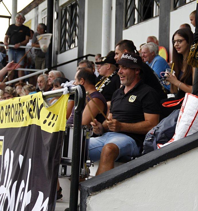 Hodolany (v černobílém) porazily Újezd 5:0. fanoušci
