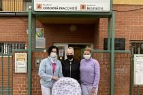 Dar od asistentky invalidů Kateřiny Hamr (uprostřed) převzaly hlavní sestra Dětského centra Ostrůvek Magda Pilková (vpravo) a vrchní sestra Renáta Benýšková (vlevo).