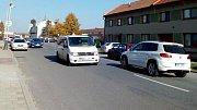 Přejít náměstí Osvobození v Horce nad Moravou je od 11. října zkouškou trpělivosti. Po uzavřeni silnice z Olomouce na Chomoutov jezdí Horkou auto za autem.