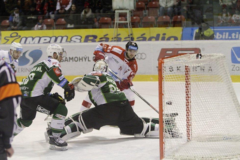 Olomoučtí hokejisté (v bílém) porazili Karlovy Vary 3:2 v prodloužení. Jakub Herman dává gól.