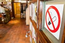 Protikuřácký zákon vyhnal cigarety z hospod na ulici. Ilustrační foto