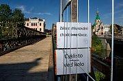 Náhradní lávka pro pěší u mostu přes Moravu v Komenského ulici