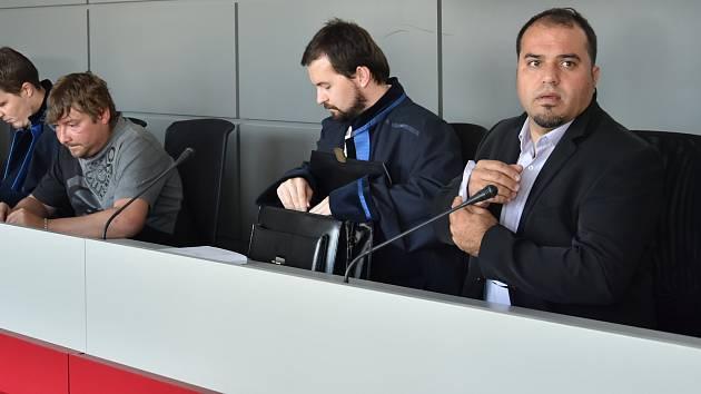 Obžalovaní z požáru textilního skladu v Olomouci Radim Král (druhý zleva) a Mohamad Chaito (vpravo) se svými obhájci u Krajského soudu v Olomouci, 19. 6. 2019