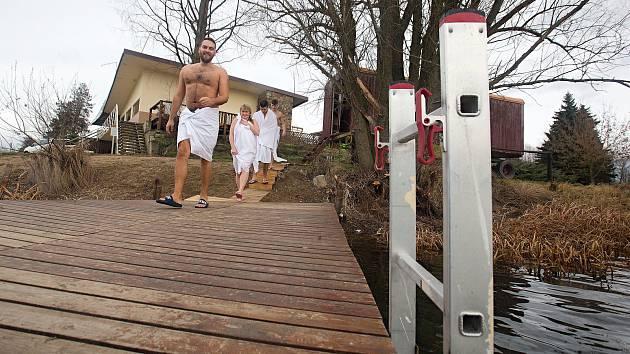 Sauna v maringotce na přírodním koupališti Poděbrady u Olomouce.