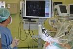 Unikátní metodou pomáhají lidem s Parkinsonovou chorobou neurochirurgové Fakultní nemocnice Olomouc.