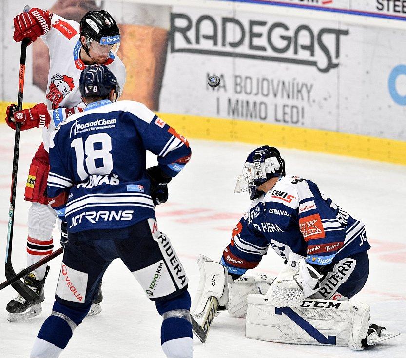 Utkání 38. kola hokejové extraligy: HC Vítkovice Ridera - HC Olomouc, 22. Ledna 2021 v Ostravě. (zleva) Vilím Burian z Olomouce a Brankář Miroslav Svoboda z Vítkovic.