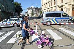 Policie zastavila provoz v Palackého ulici a evakuovala lidi kvůli podezřelému kufříku.