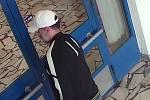 Policie hledá tohoto muže podezřelého z přepadení pošty ve Foerstrově ulici v Olomouci