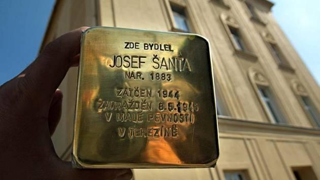 Další kámen zmizelých tentokrát významné osobnosti prvorepublikové sociální demokracie Josefu Šantovi položili členové olomoucké sociální demokracie.