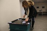 Sobotní ráno ve volební místnosti v Samotiškách