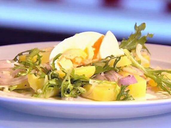 Bramborový salát se salátem