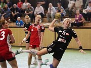 Zora (v tmavém) prohrála se Slavií první zápas o bronz 27:28. Jana Kalová