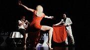 Dáma na G4. Představení propojuje swing, pohyb a tanec u tyče