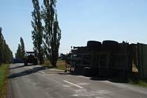 Dopravní nehoda traktoru s návěsem, který převážel siláž.