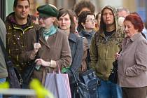 Fronta na formuláře ke sčítání lidu u pošty na Horním náměstí v Olomouci