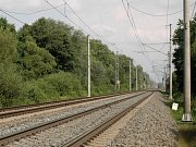 Úsek trati u Hlušovic, kde v červenci 2016 po pádu z vlaku zemřela tříletá dívenka